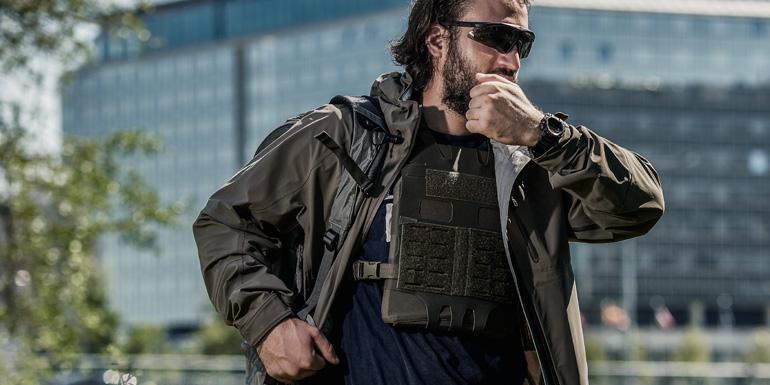 Das Magazin Waffenkultur nahm die TT Dakota Rain Jacket von Tasmanian Tiger in einem Review-Test unter die Lupe.